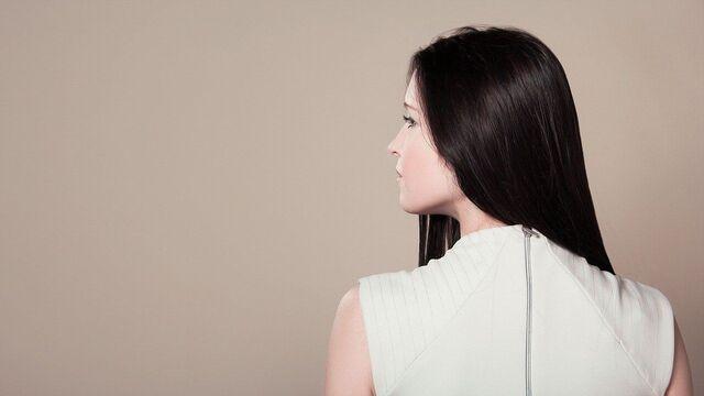 wanita kulit putih dari belakang
