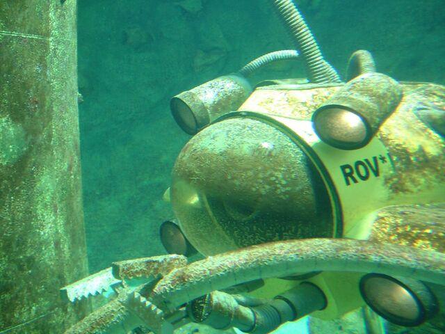 robot ROV di dalam air