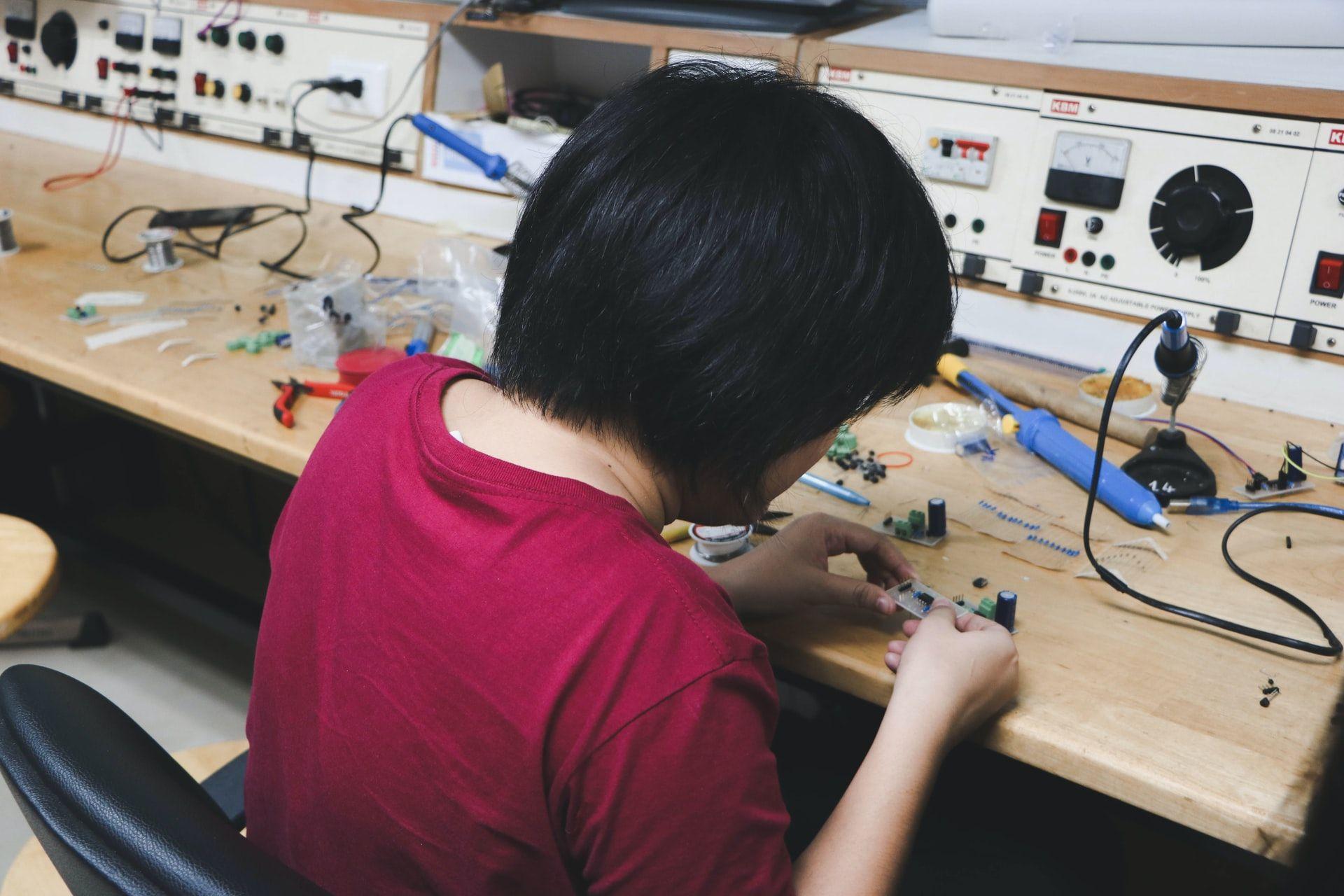 wanita thailand membuat barang elektronik