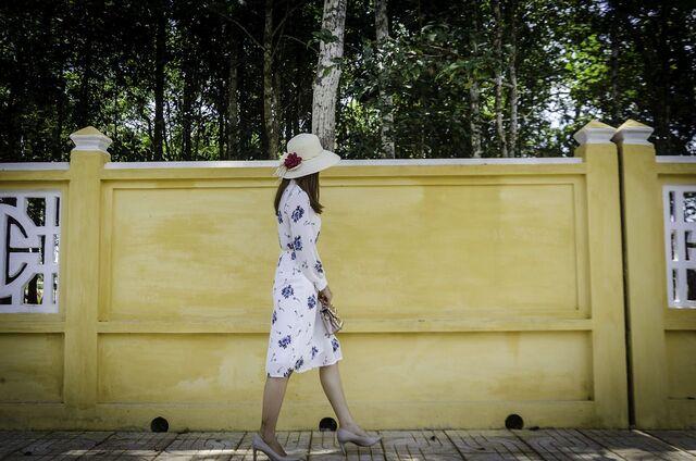 perempuan jalan sendirian