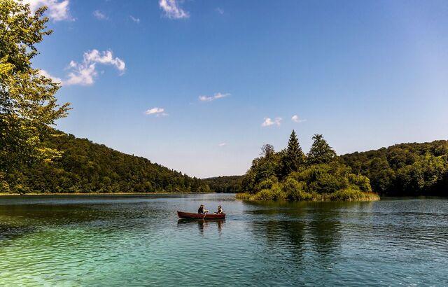 naik perahu di danau plitvice di kroasia