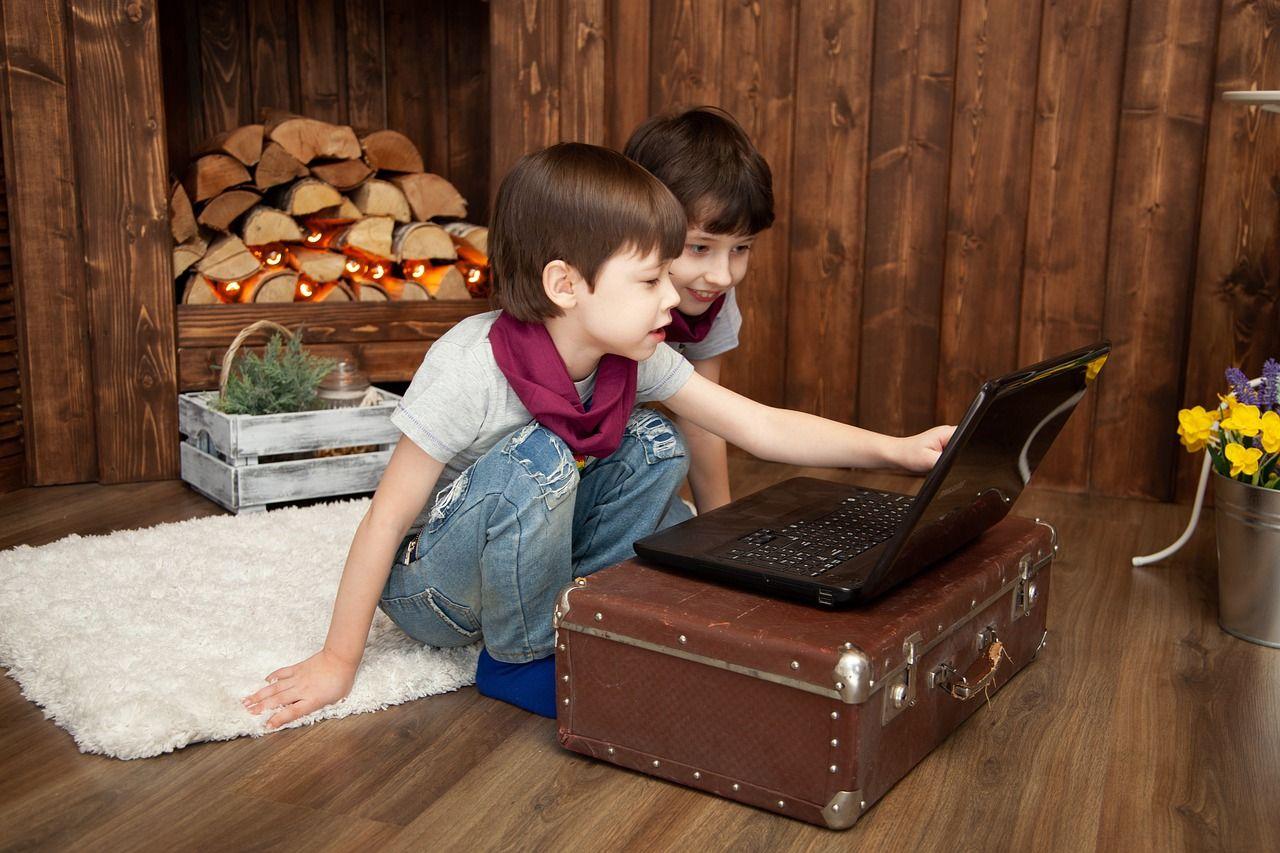 anak kecil menonton film di laptop