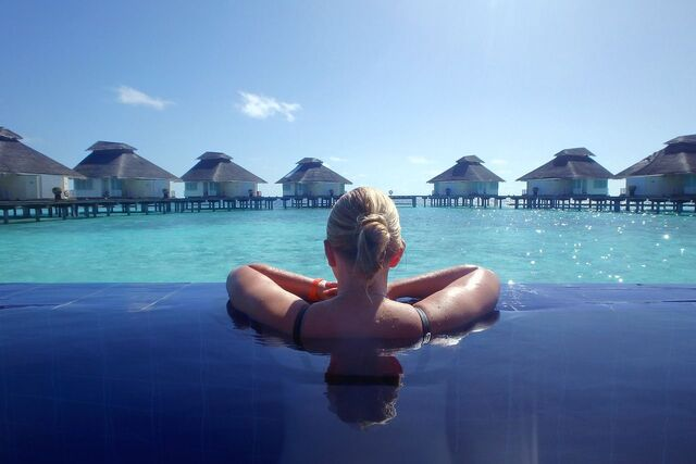 perempuan sedang berenang di maldives